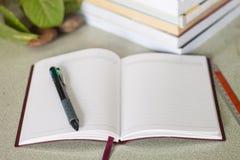 Notitieboekje en stapel van boeken Royalty-vrije Stock Afbeeldingen