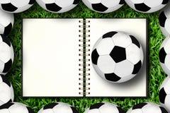 Notitieboekje en voetbal Stock Fotografie