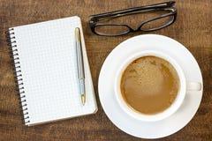 Notitieboekje, glazen en koffiekop Royalty-vrije Stock Foto's