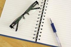 Notitieboekje, glazen en pen. Royalty-vrije Stock Afbeelding