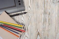 Notitieboekje grafische tablet en potloden royalty-vrije stock foto's
