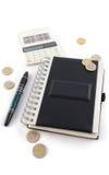 Notitieboekje met calculator en pen stock afbeeldingen