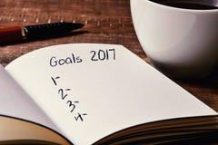 Notitieboekje met een lege lijst van doelstellingen voor 2017 Royalty-vrije Stock Foto's