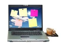 Notitieboekje met gekleurde nota's over monitor Stock Foto