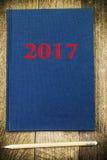 Notitieboekje met inschrijving 2017 op hout Stock Afbeeldingen