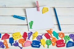 Notitieboekje met kleurenbrief stock foto's