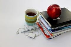 Notitieboekje met kop thee en pen Stock Afbeeldingen