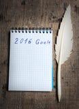 Notitieboekje met oude pen en doelstellingen van jaar 2016 Stock Fotografie
