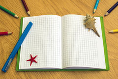 Notitieboekje met potloden en pennen op de lijst Royalty-vrije Stock Fotografie