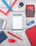 Notitieboekje met vliegtuig en calculator op bureau royalty-vrije stock afbeeldingen
