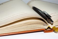Notitieboekje met zwarte bureaupen Stock Afbeelding