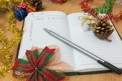 Notitieboekje op een houten lijst Stock Foto's
