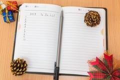 Notitieboekje op een houten lijst Stock Afbeeldingen