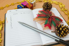 Notitieboekje op een houten lijst Stock Afbeelding
