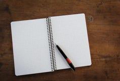 Notitieboekje op houten lijst Stock Afbeelding