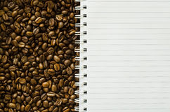 Notitieboekje op koffieboon Royalty-vrije Stock Foto
