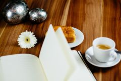 Notitieboekje, pen, espresso en croissant stock afbeeldingen