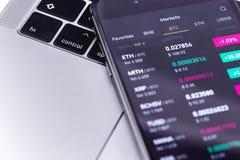 Notitieboekje, smartphone met cryptocurrencyeffectenbeurs stock fotografie