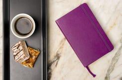 Notitieboekje, snoepjes en zwarte koffie Royalty-vrije Stock Afbeeldingen
