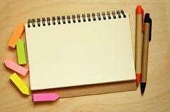Notitieboekje, stickers en pennen Stock Afbeeldingen