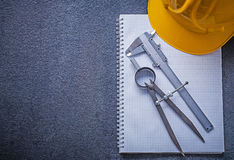 Notitieboekje van het de tekeningskompas van de de bouwhelm het concept van de de diabeugel Stock Foto