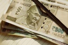 Notitieboekje van zakenman met Mahatma Gandhi op Indische muntnota's van Roepies 500 benoeming Vader van de Natie van India Royalty-vrije Stock Afbeelding