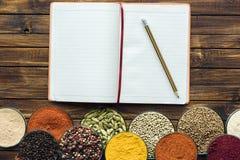 Notitieboekje voor recepten met potlood stock afbeeldingen