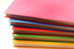 Notitieboekjeboeken in verschillende kleur worden geïsoleerd die Royalty-vrije Stock Foto's