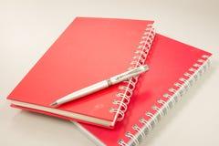 Notitieboekjes en pen stock foto