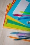 Notitieboekjes en pennen royalty-vrije stock fotografie