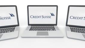 Notitieboekjes met Credit Suisse-Groep embleem op het scherm Computertechnologie het conceptuele redactie 3D teruggeven Stock Foto