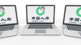 Notitieboekjes met de Verzekeringsmaatschappijembleem van China Life op het scherm Computertechnologie het conceptuele redactie 3 Stock Afbeelding