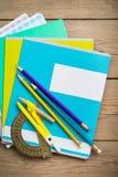 Notitieboekjes voor schoolon de houten lijst stock foto's