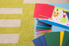 Notitieboekjeskleurpotloden en tekening Royalty-vrije Stock Foto