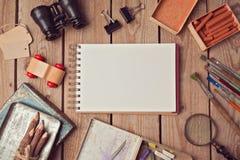 Notitieboekjespot omhoog voor kunstwerk of embleemontwerppresentatie met creatieve voorwerpen Stock Foto's