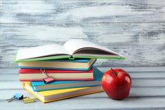 Notizbücher, Apfel und Zubehör stockfotografie