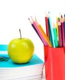 Notizbücher, Bleistifte und Apfel. Lizenzfreies Stockbild
