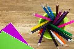 Notizbücher mit Farbtonbleistiften Stockbilder