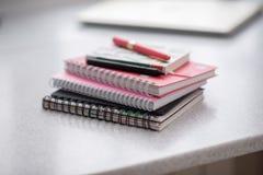 Notizbücher sind in einem Stapel auf dem Tisch Spirale-gehend lizenzfreies stockbild