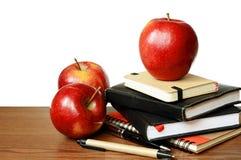 Notizbücher, Stifte und Äpfel auf einer Tabelle Stockbilder