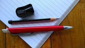 Notizbücher, Stifte und Bleistifte auf hölzernem Lizenzfreies Stockfoto