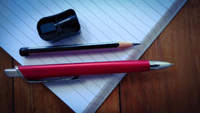 Notizbücher, Stifte und Bleistifte auf hölzernem Lizenzfreie Stockfotografie