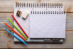 Notizbücher und Bleistifte - Schule oder Büroartikel Lizenzfreies Stockbild