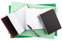 Notizbücher und ein Füllfederhalter auf strukturiertem Papier Lizenzfreies Stockbild