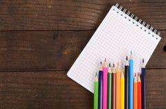 Notizbücher und farbige Bleistifte Stockfotos