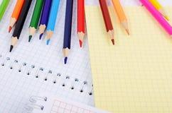 Notizbücher und farbige Bleistifte Stockbild