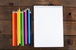Notizbücher und farbige Bleistifte Lizenzfreies Stockfoto
