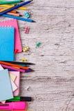 Notizbücher und farbige Bleistifte auf einem hölzernen Hintergrund mit einem Platz für das Schreiben Beschneidungspfad eingeschlo Lizenzfreie Stockbilder