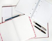 Notizbücher und Federn Lizenzfreie Stockbilder