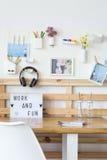 Notizbücher und Gläser auf Schreibtisch Lizenzfreie Stockbilder